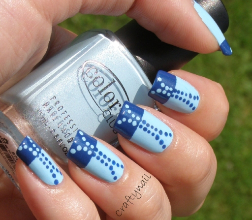 monochrome_blue_dot_nails