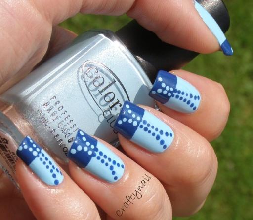 monochrome_blue_dot_nails